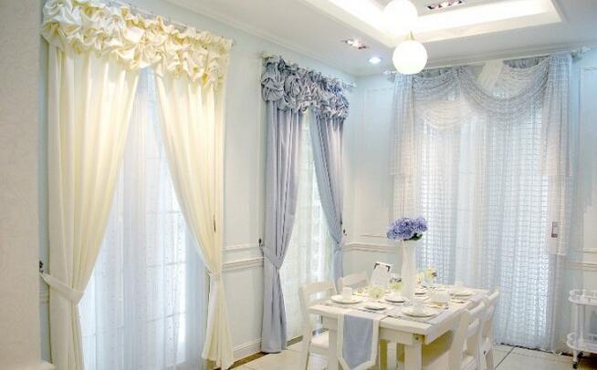 买了房子,马上面临的问题就是装修。装修首选要考虑的是装水电,铺地板,木工,油漆,装灯饰,贴墙纸。而装窗帘是家装最后的比较 重要的一步。家装 是分风格的,那么窗帘也是要分风格的。那么窗帘风格有哪些呢?  欧式风格 设置客厅和卧室,以金红、棕黄、紫红色为主,丝光感强或含有金线 帘头以波浪为主,普通花型做横纹或者竖纹,竖条纹做斜造型 家具:欧式,雕花,裂纹白;水晶吊灯,金色油漆天花线 花艺:古典; 画艺:油画为主,画框描金  中式风格 暖色调为主:咖啡色、棕色或哑光色调 图案以暗花、小碎花为主,庄重、沉稳 适用